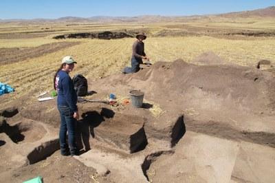 Lauren and Lee excavating at Soro Mik'aya Patjxa.